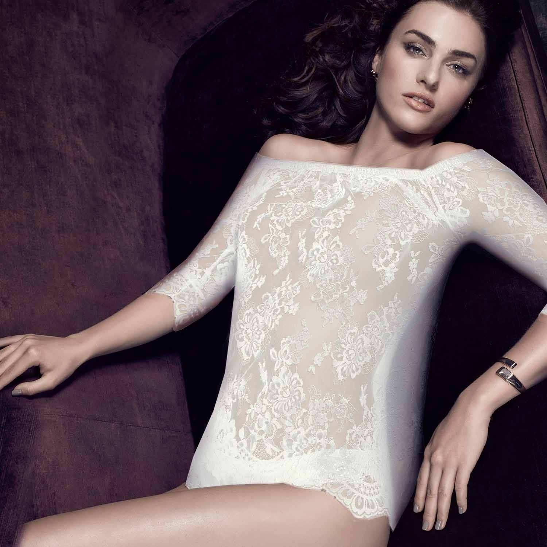 Shirt mit Carmen Ausschnitt am Model, vorne