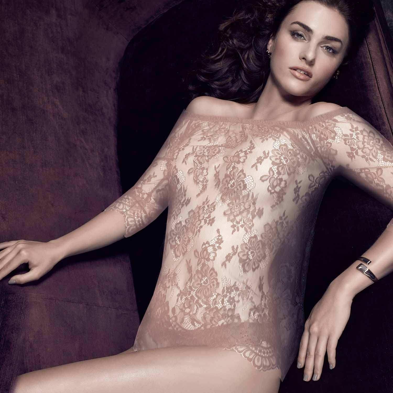 Shirt mit Carmen Ausschnit am Model, vorne