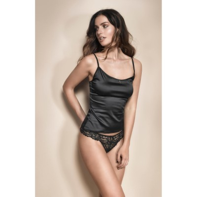 Satin Top am Model, vorne