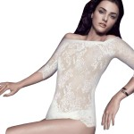 Shirt mit Carmen Ausschnitt am Model, vorne Freisteller